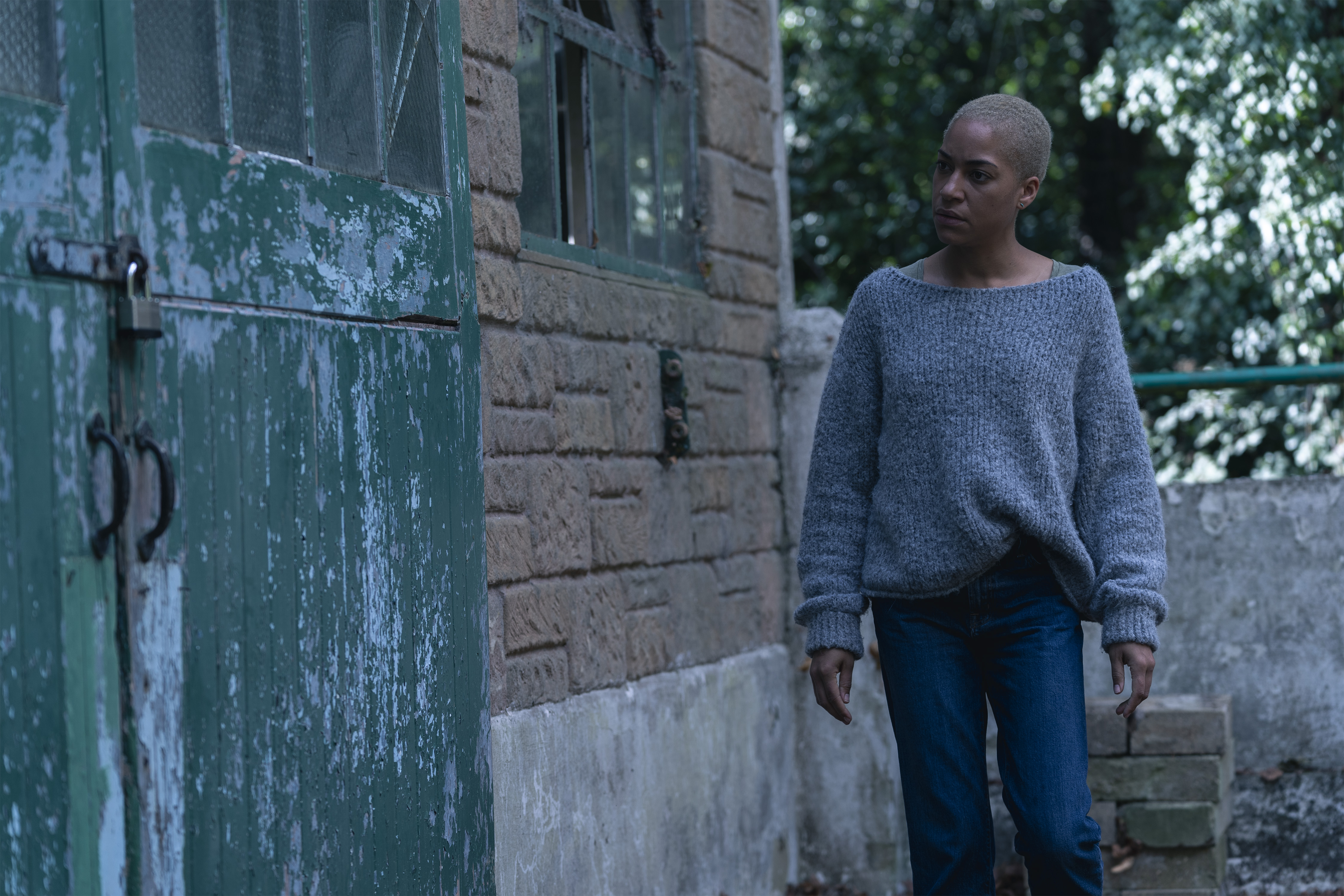 Cush Jumbo comme Frances - Monster Must Die _ Saison 1, Épisode 2 - Crédit photo : Gareth Gatrell / AMC